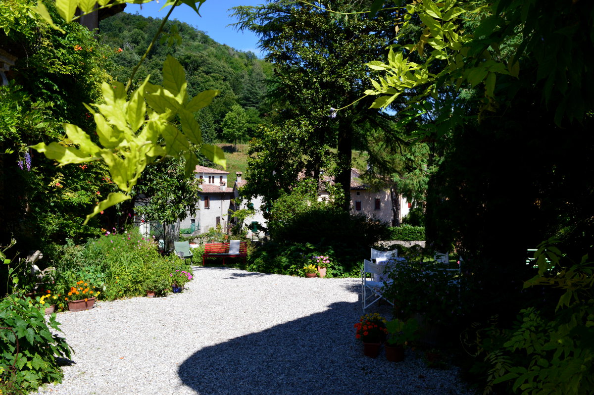 Garden path in Cison